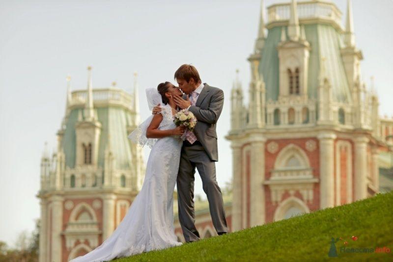 Жених и невеста целуются на фоне старого здания - фото 59051 Гуличка и Максим
