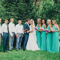 Поцелуй жениха и невесты при подружках и друзьях.