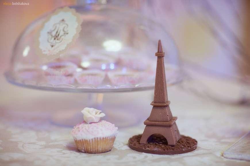 Маффин, украшенный розовым кремом и белой розой, в бумажной формочке, Эйфелева башня из шоколада   - фото 949089 Фотограф Елена Большакова