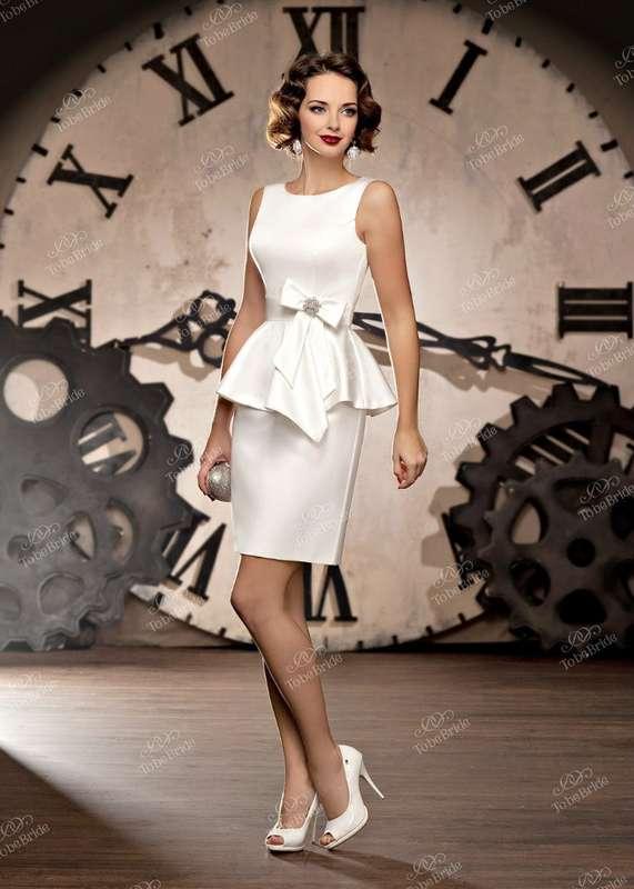 """Прямое короткое атласное платье с закрытым верхом и баской, на талии белая тента с бантом сбоку - фото 2972271 Салон свадебной и вечерней моды """"Белый Танец"""""""