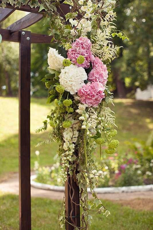 Декор из розовых и белых гортензий, амаранта, астильбы, плюща, белой матиолы, вибурнума. - фото 3051601 EkaterinaTeb
