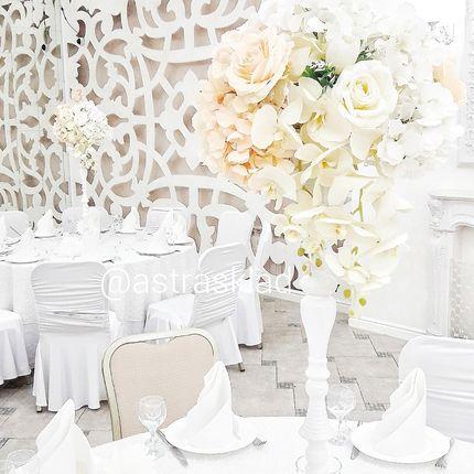 Стойки с искусственными цветами на столы гостей в аренду