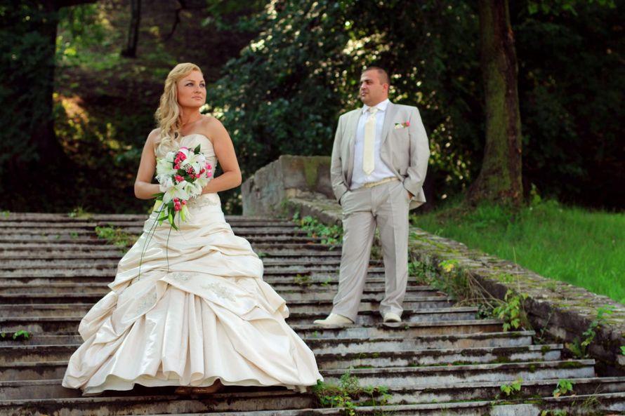 Невеста в сатиновом платье молочного цвета с асимметричной юбкой и букетом из лилий в руках  - фото 3057975 Фотограф Юлия Чикалова