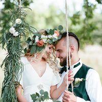 Невеста с букетом на декорированной качели и жених