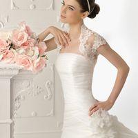 Белое платье с заниженным корсетом