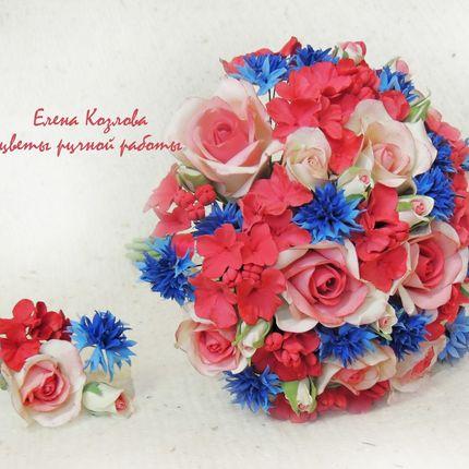 Букет с васильками и розами