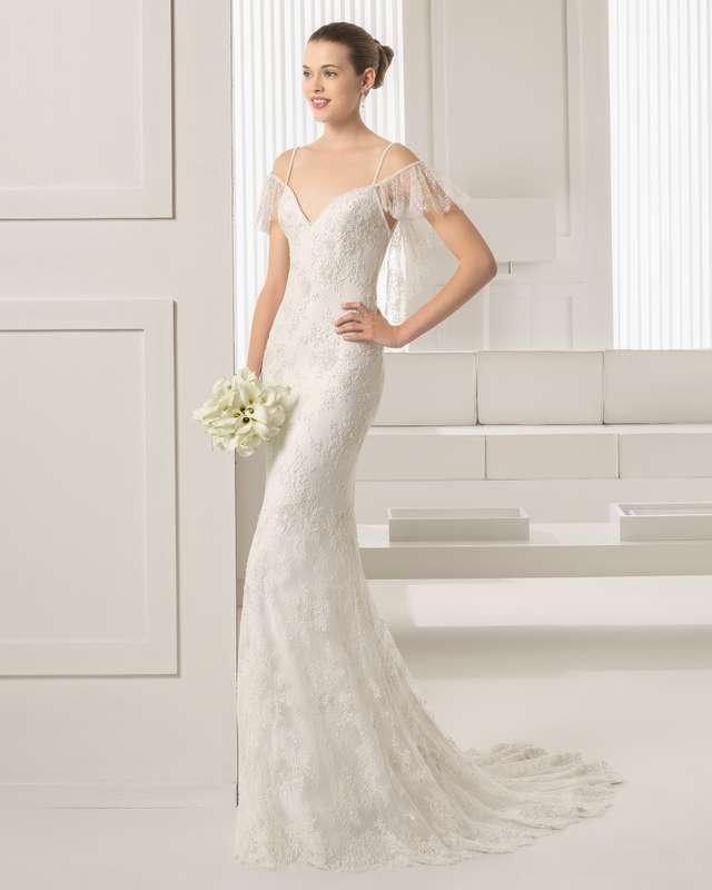 Невеста в прямом кружевном платье со шлейфом расшитом бисером с рюшами на бретелях и спине - фото 3144819 Рита Голицына