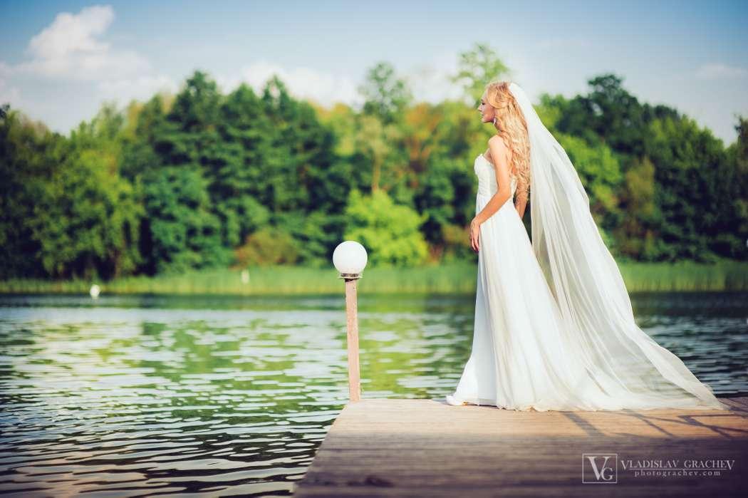 Невеста в длинном белом платье с юбкой из тюля со шлейфом и длинной фатой - фото 3087625 Фотограф Владислав Грачев