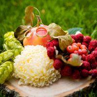 Цветочно-ягодная композиция с обручальными кольцами
