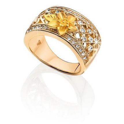 Кольцо  Гипоаллергенный ювелирный сплав. Покрытие из желтого золота с матовым декоративным элементом. Чешский ювелирный хрусталь круглой огранки цвета «бриллиант». Ширина ободка кольца: 1,1 см в самой широкой части, 4 мм в самой узкой части.
