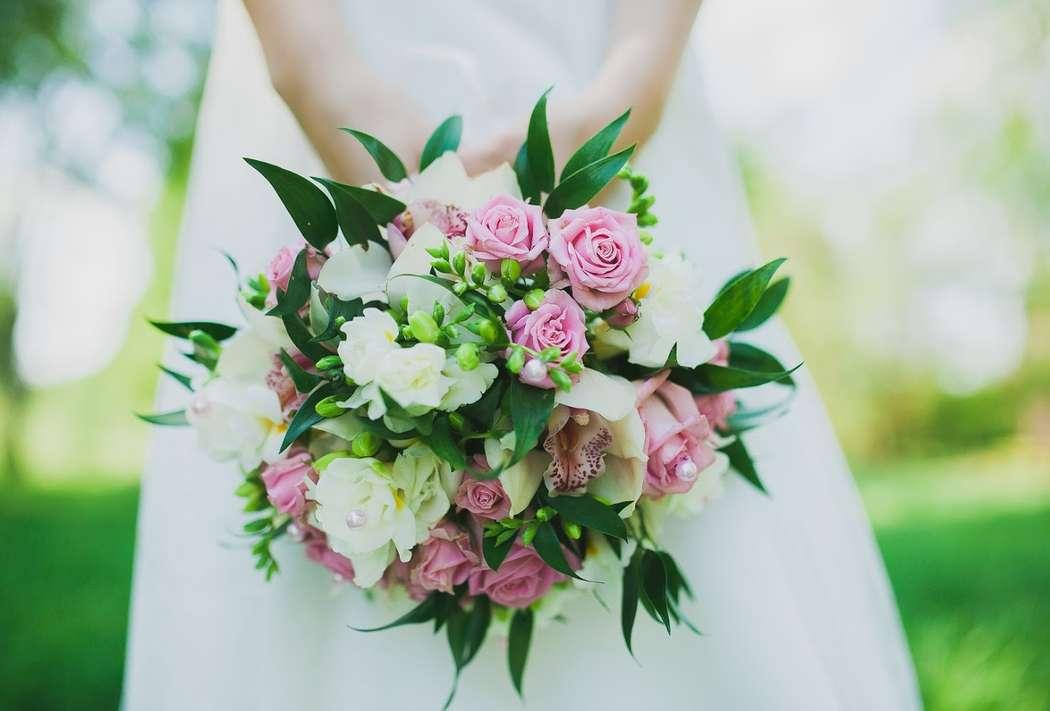 Букет невесты маленький с орхидеями и розами фото, шары подарки