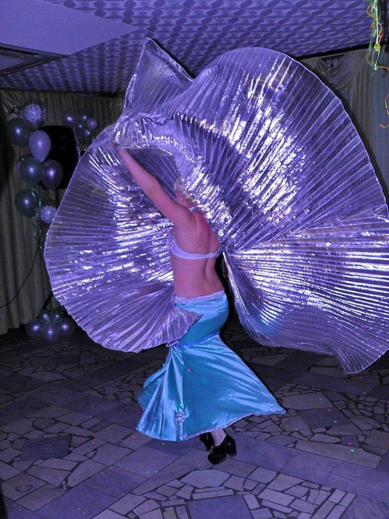 Восточный танец с крыльями - фото 3194605 Ведущая Анжелика К.