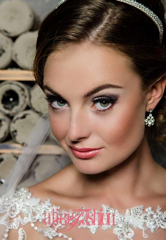 Романтический образ невесты выражен в прическе их длинных локонов собранных в пучок на затылке, украшена обручем и фатой - фото 3219335 Свадебные платья Alice Fashion