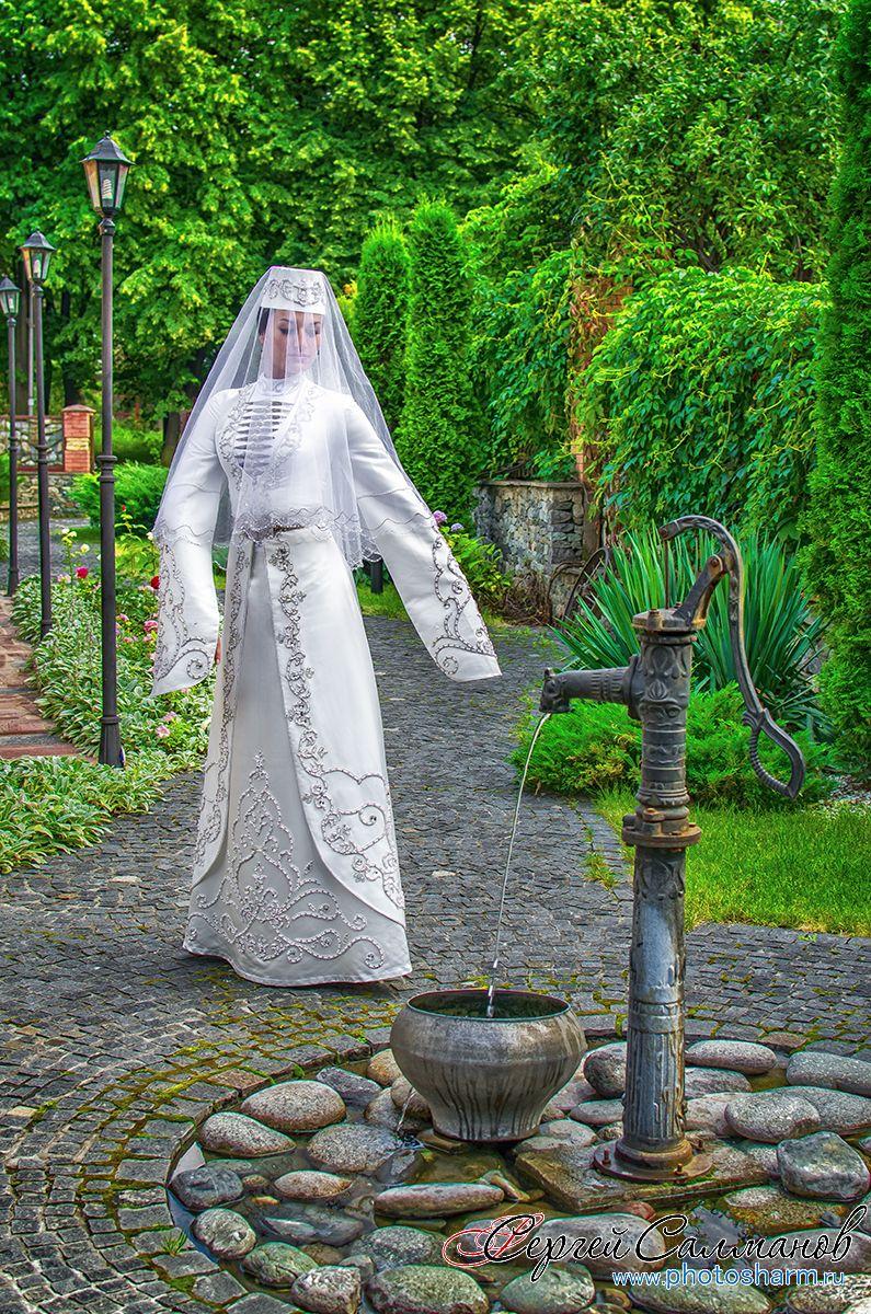 Традиционное закрытое платье с длинными руками и серебряной вышивкой  - фото 3312037 Фотограф Сергей Салманов
