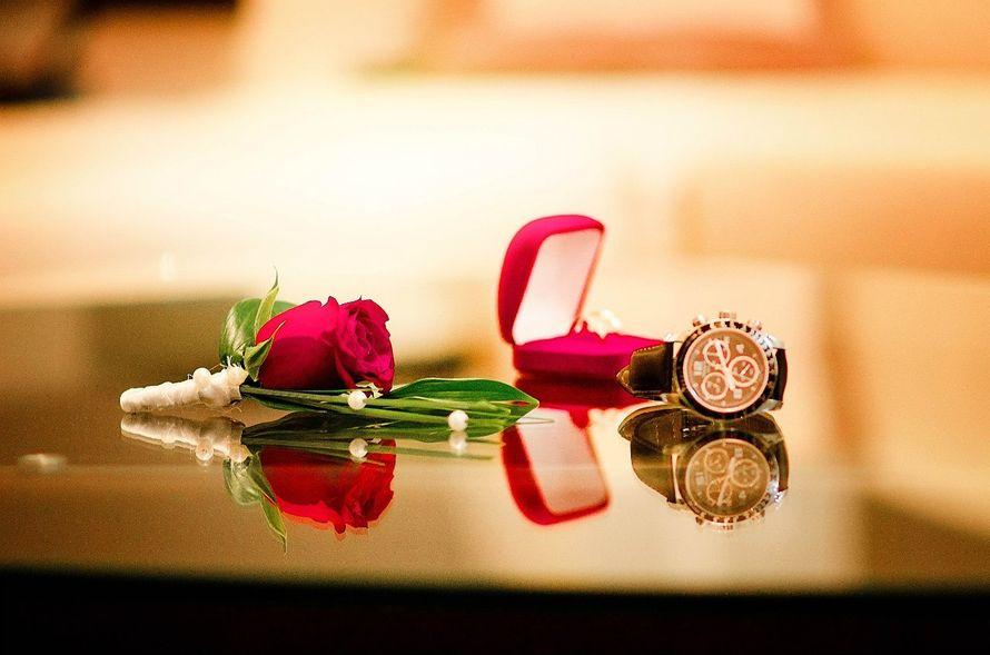 Часы с красной коробочкой  и бутоньерка из красной розы с зелеными листьями котинуса, украшенная белыми бусами, обвязанная белой  - фото 3301781 Фотограф Вдовина Анастасия
