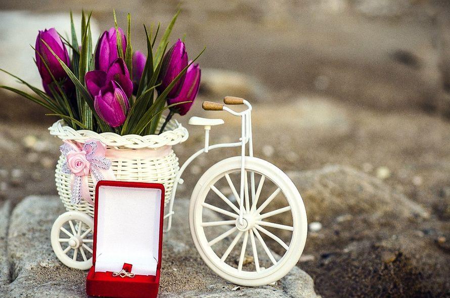 Букет из фиолетовых тюльпанов в белой плетенной вазе в виде ретровелосипеда. - фото 3301799 Фотограф Вдовина Анастасия