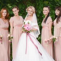 Невеста Ольга и ее подружки в одинаковых милых платьях
