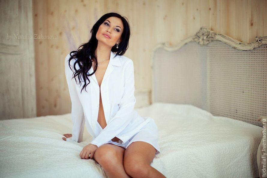 голая девушка в мужской рубашке фото