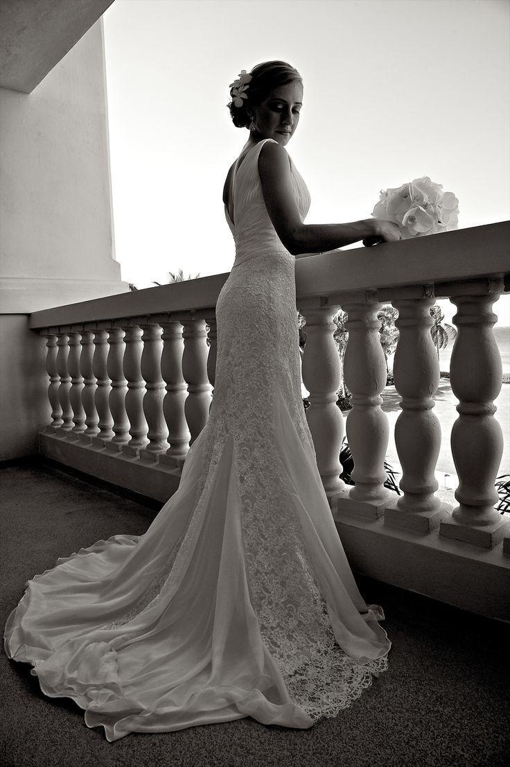 Невеста в силуэтном кружевном платье со шлейфом и круглым вырезом на спине - фото 3380205 Holiday Vibes Photo фотосессии в Мексике
