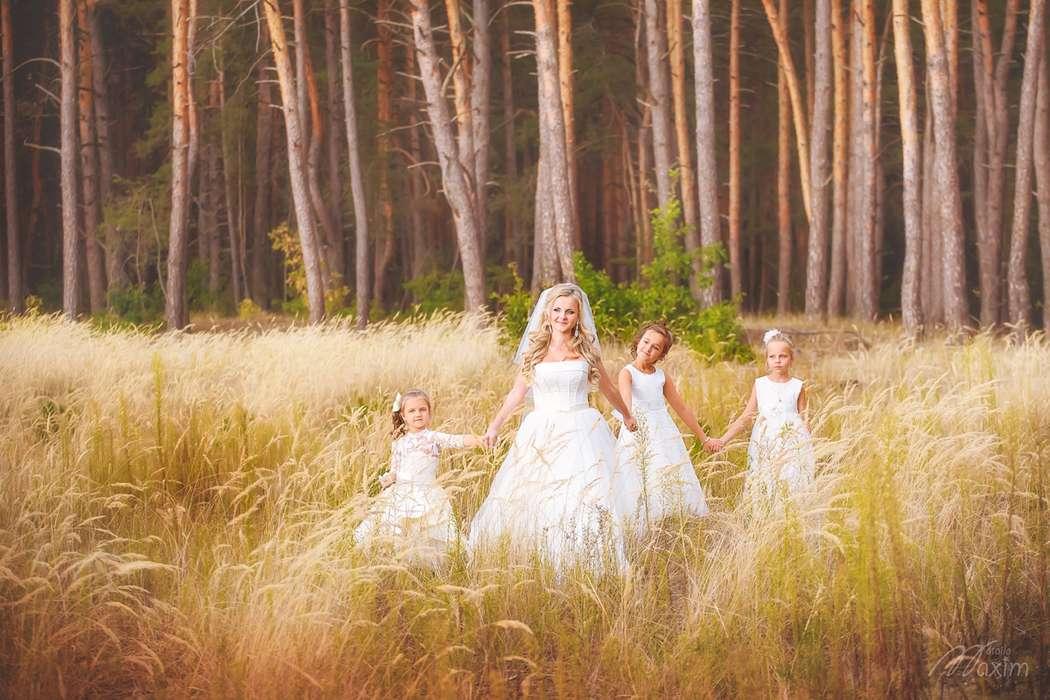 Девочки в белых платьях в классическом стиле, в лесу на прогулке с невестой - фото 3467703 Фотограф Максим Мотенко