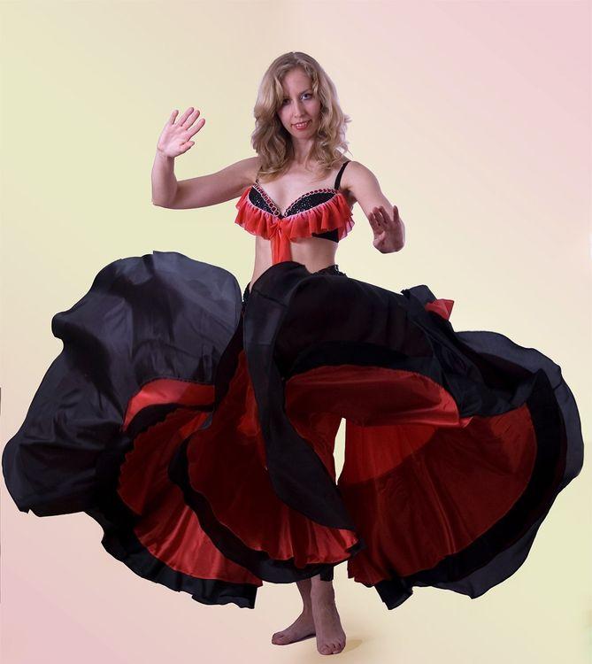 Пожалуй, одним из самых известных движений, в котором активно используется этот элемент гардероба танцовщицы, является прыжок на месте с юбкой.