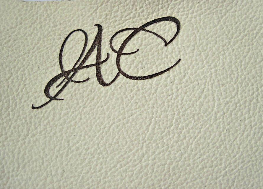 Книга пожеланий с гравировкой инициалов на обложке