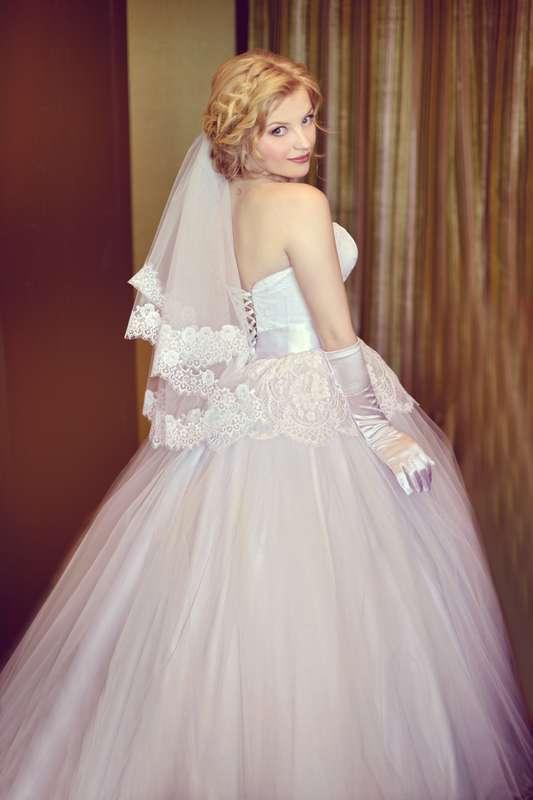 Невеста в пышном платье с корсетом с драпировкой и кружевной баской, на талии атласная лента  - фото 3508547 Кристина Белая