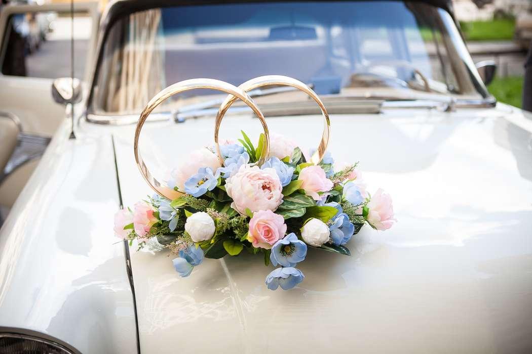 Стойка из колец, украшенная розовыми розами и сиреневыми маками - фото 3562169 Фотограф Денис Востриков