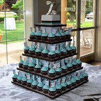 Во-первых, это свадебное торжество отличается особенной цветовой гаммой – белый, светло-голубой, как упаковка украшений «Тиффани», и черный. Хотя последний можно заменить аппетитным шоколадным оттенком.