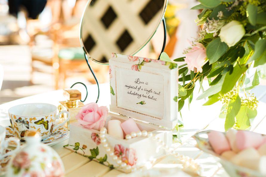 Оформление для фотосессии свадьбы в стиле Шебби шик с использованием зеркала, фарфоровой посуды, декоративной шкатулки на столе - фото 3573139 Свадебное агентство Marry Bride