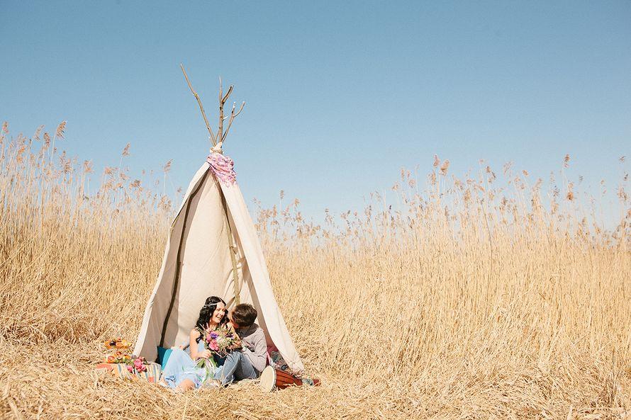 Жених и невеста, прислонившись друг к другу, сидят в поле возле шалаша - фото 3573341 Фотограф Верещагина Елена