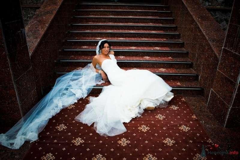 Невеста в белом длинном платье лежит на длинной лестнице - фото 49448 Свадебные аксессуары by Оксана Karamelnaya
