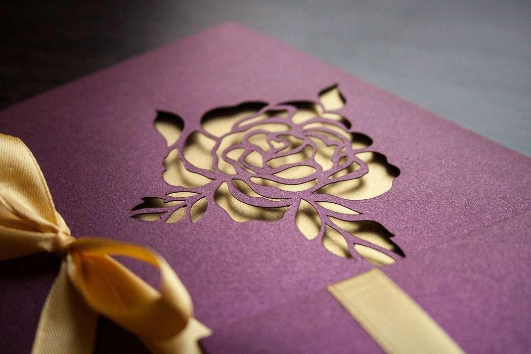 """Подарочный сертификат с прорезной розой. Насыщенный фиолетовый цвет с перламутровым блеском. - фото 8416688 Полиграфия и аксессуары """"Мастерская приглашений"""""""