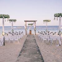 Свадебная церемония на песчаном пляже, средиземное море, кипр, свадьба на закате, свадьба на берегу моря