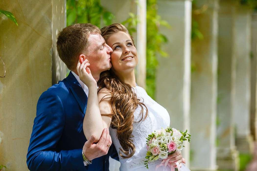 Жених и невеста стоят, прислонившись друг к другу, у невесты в руках букет маленьких белых и розовых цветов - фото 3650317 Фотограф Дмитрий Мельников