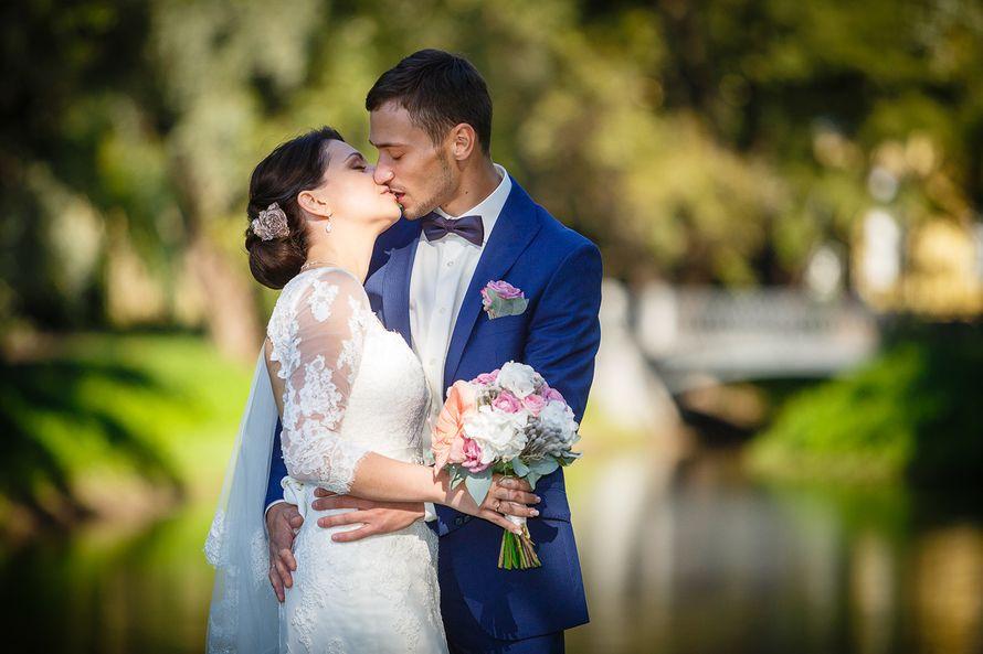 Жених и невеста стоят, прислонившись друг к другу, невеста держит букет маленьких цветов - фото 3650325 Фотограф Дмитрий Мельников