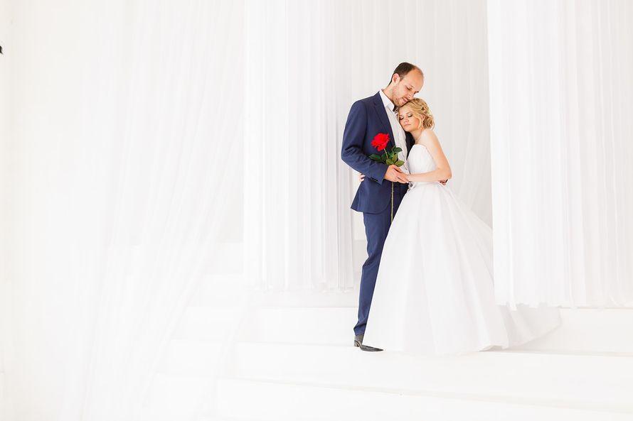 Жених и невеста стоят, прислонившись друг к другу, в комнате на болом фоне - фото 3650331 Фотограф Дмитрий Мельников
