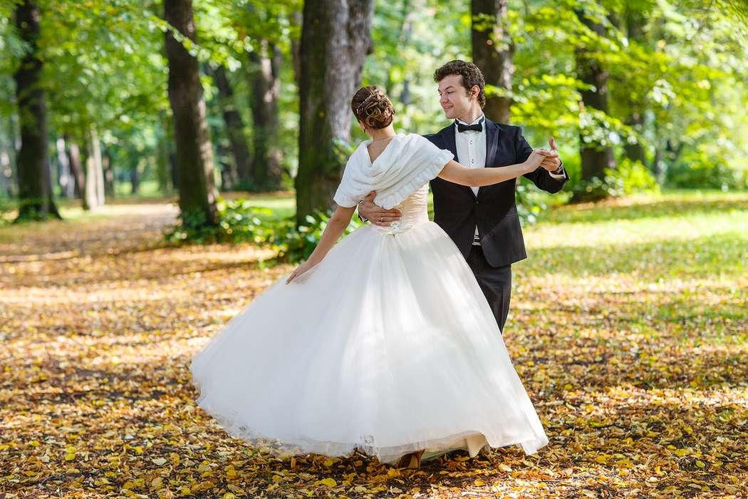 Жених и невеста танцуют в лесу - фото 3650367 Фотограф Дмитрий Мельников