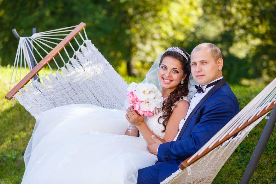 Жених и невеста сидят в гамаке, прислонившись друг к другу - фото 3650679 Фотограф Дмитрий Мельников