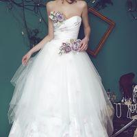 Необычайно красивое свадебное платье, с украшением фиолетовыми цветами. Многослойная юбка с кружевом и фатином, принт основной ткани с нежными цветами на белом фоне. Модель Зимние цветы