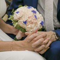 Букет невесты из гвоздик и васильков