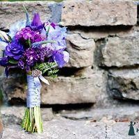 Сиреневый букет невесты из роз и ирисов