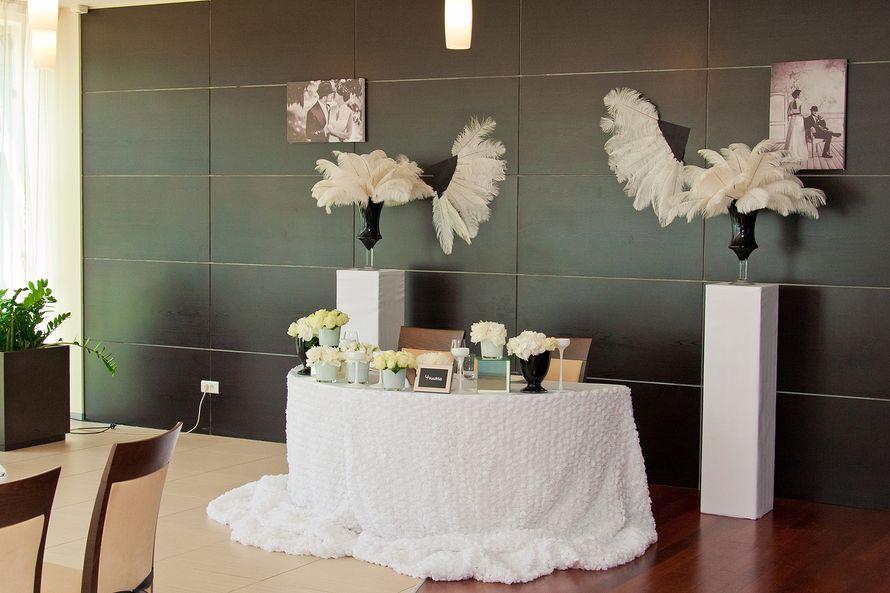 black & white  черное стекло, перья, пионы розы и белый лизиантус. Свадьба в стиле Чикаго! - фото 2138028 ЯDecor - студия флористики и декора