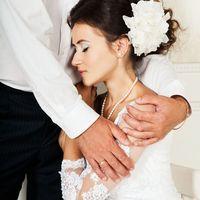 Собранная свадебная прическа с шелковым цветком