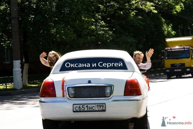 Белый свадебный автомобиль, украшенный красными атласными лентами. - фото 31564 Pollaru