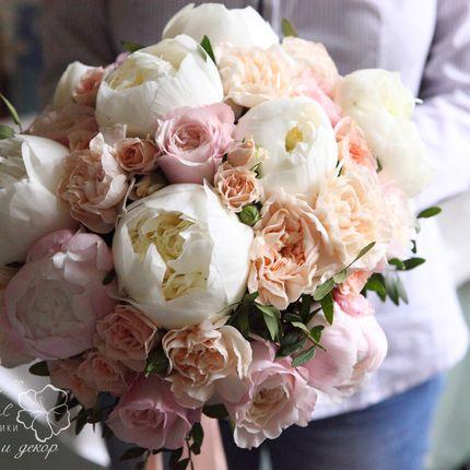 Букет невесты из пионов, роз и гвоздик