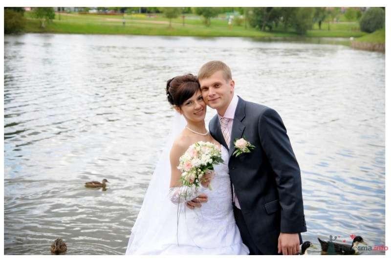 Жених и невеста стоят, прислонившись друг к другу, на фоне зелени и водоема - фото 37348 Ириша 07.08.09