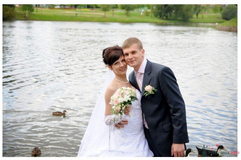 Жених и невеста стоят, прислонившись друг к другу, на фоне зелени и - фото 37348 Ириша 07.08.09