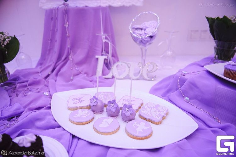 Фиолетовые кейк-попсы на палочках, украшенные цветами, и печенье, украшенное сиреневой глазурью с инициалами - фото 2507919 Надежда Алябьева - свадебные торты