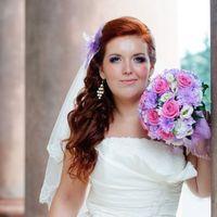 Образ невесты с букетом невесты из роз, астр и эустом в сиренево-розовых тонах